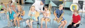 Anfangs waren die Kinder noch etwas zögerlich, als es darum ging, die Musikinstrumente kennenzulernen.